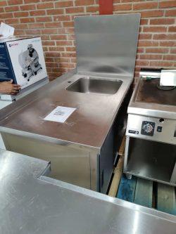 Stålbord med vask og døre samt sidepanel, med kosmetiske fejl